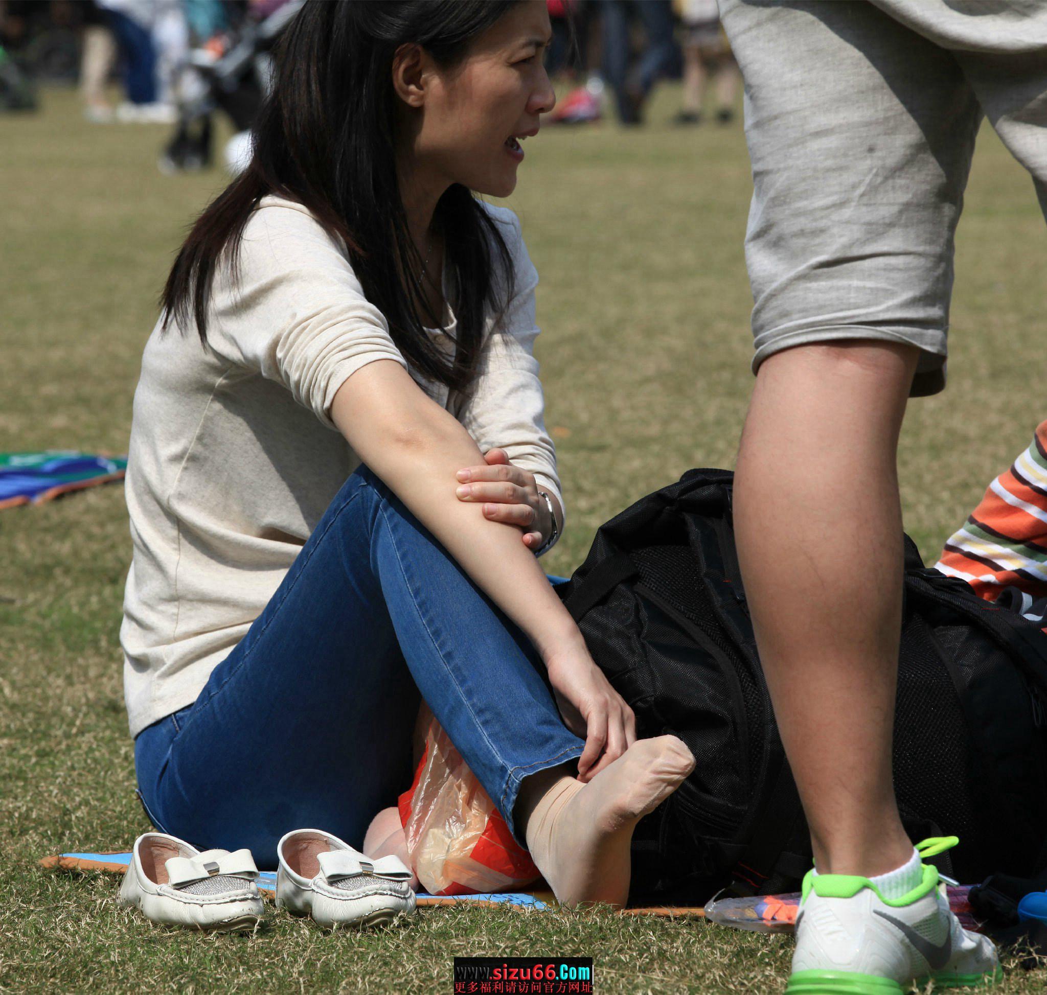 (682)草地上美女脱掉平底鞋放松晾晒汗湿丝袜美脚玉足[色].jpg