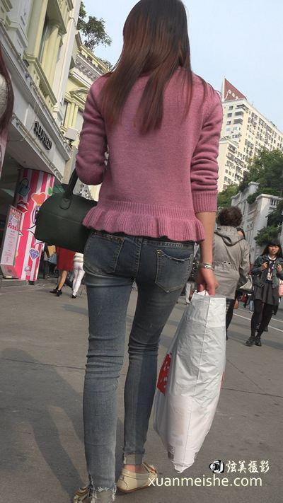 4k-超清街拍牛仔裤粉色毛衣性感美女.jpg