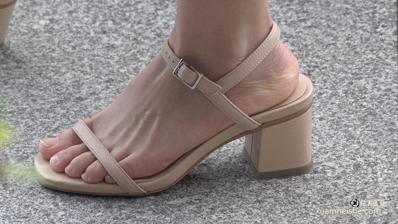 4K街拍能迷晕你的超好看的凉鞋美足.jpg