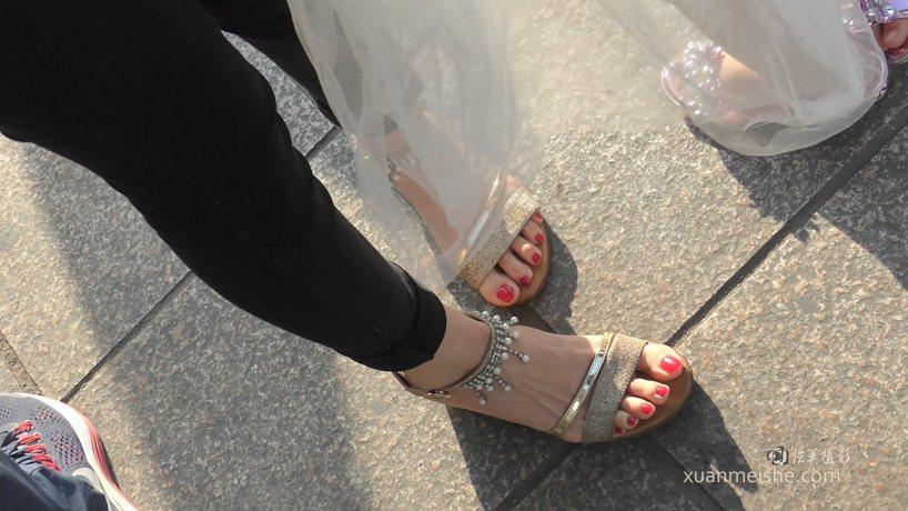 JIP-CZZ-045-气质妈妈的白嫩脚丫金色系带凉鞋.MP4_20191004_043631.464.jpg