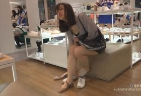 女生试穿高跟凉鞋穿上袜子的那一刻有种恋爱的感觉