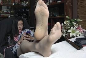 【K&M】东航空姐茜茜展示肉丝美足! .mp4