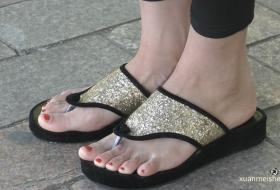金色亮片凉拖内的红趾与嫩脚