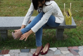 气质美脚的灰色丝袜真漂亮
