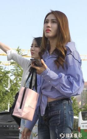街拍身材极好的牛仔裤美女 长相甜美迷人 925M