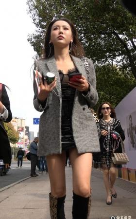 4k街拍又见一位蟒蛇皮长靴美女 [1.17 GBMP4]