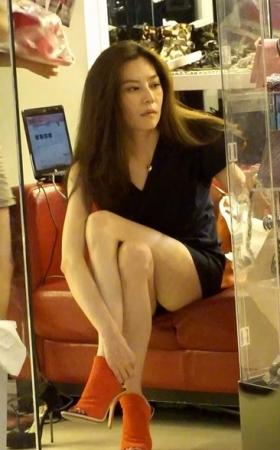 407跟拍性感白嫩长腿美女买高跟鞋