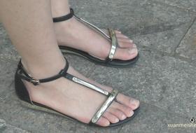 大学美女的一双素脚,涂上甲油的话那可更是极品了