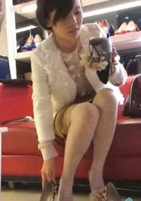 鞋店里试高跟的白丝袜姐姐.难得一见的白丝美脚啊.avi