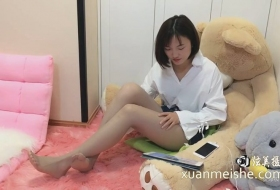 清纯漂亮的灰色肉丝袜直播展示各种技巧网友还说动动脚