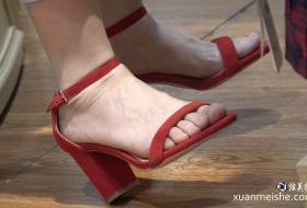 4K真实街拍美女的完美红色高跟鞋美女
