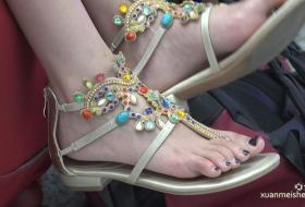 [ZL 4K视频]每次看到这种款式的鞋,女孩都长着一双高分美足