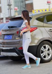 白玉长裤美女