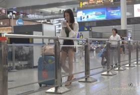 气质高挑美女候车室等候旅行的列车