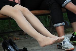 长丝小美女在僻静长椅上脱下了高跟鞋(15P