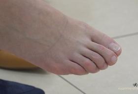 ZL 4K视频]气质少妇脱鞋脱袜后露出一只无瑕素足