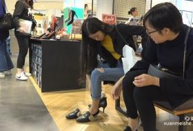 [ZL 4K视频]脚上缠着绷带就来买新鞋的美女,让人肃然起敬
