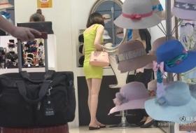 气质黄色小短裙美女有着一双极美的小脚