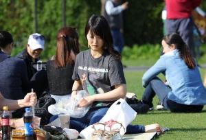 俊俏的日本姑娘感觉到我的目光,却不知哪里才是重点(27P)