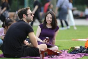 气质优雅的紫裙女郎,日落时分终于舒展了坐姿(22P)