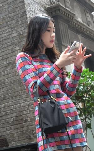 4K - 爱拍照的格子裙美女 [1.74 GBMP4]