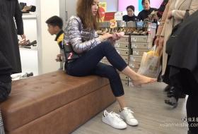 极品脸蛋的漂亮美女脱下美足试鞋子