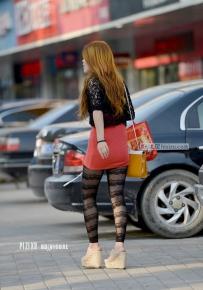 街拍到一个很时髦的黑丝少妇
