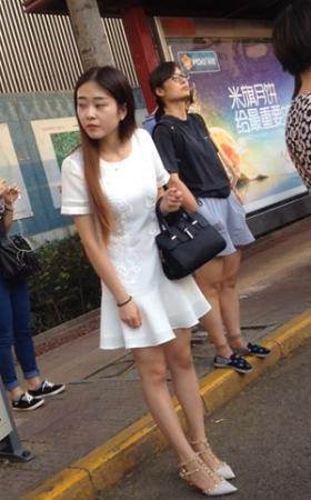 气质白裙靓女公交车上的美景