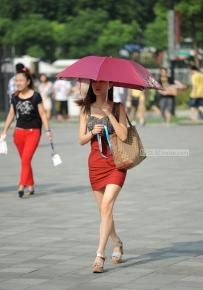 40度的大热天美女长腿出门