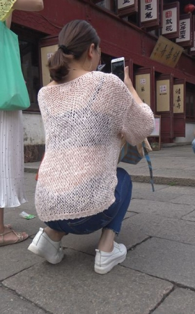 4k-蓝色牛仔裤镂空毛衣天生丽质小姐姐爱拍照 1.28G