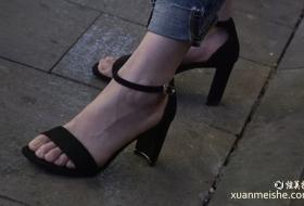 4K真实街拍美女黑色高跟鞋的气质小脚Y