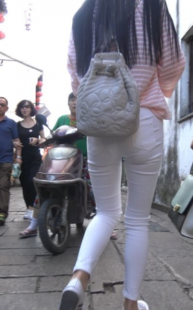 4k-条纹T恤超紧身白裤街拍美女 1.56G