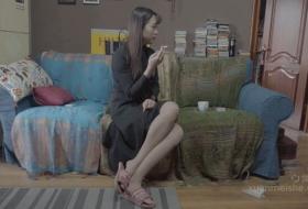 水吧女服务员被恋足大叔捂昏吻玩肉丝美足.mp4