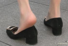 美女的丝足抽出,微汗渍的丝趾原味十足