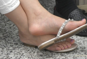 穿人字拖的美足,脚底若现,更何况是美女挑鞋