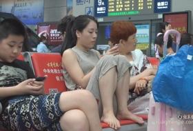 靓妹以为旅行箱能挡住视线照样能看到你的脚丫