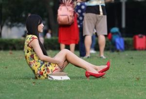 旗袍坐下就成了超短裙,妖娆美妇的两条大长腿无处安放(26P)