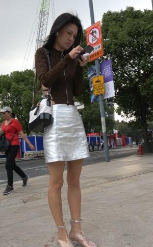 4K - 街拍银白色短裙成熟S妇