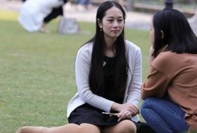 恬静女生端坐草坪,露出一只长丝足(15P)