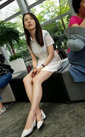 TT00626/4K-视频-街拍等候中的超级大白腿美女性感的高跟鞋