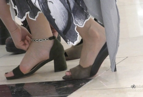 高跟鞋穿在这么美的小姐姐脚上真的太美了