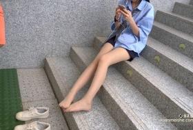 地铁站口邂逅肉丝长腿学生妹小杨 .mp4