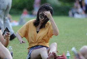 墨镜时尚美少妇朝我冷冷地伸直了双腿(24P)