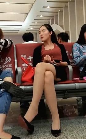 XMZ-MEIU00106.mp4_高铁站挑鞋子的美女丝袜