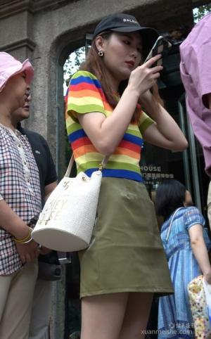 4K - 街拍-绿色短裙排队买商品