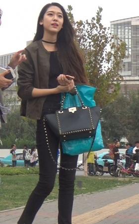 身穿黑色紧身裤长发披肩气质女神