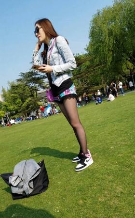 4K-视频-草地上陪朋友玩耍的黑丝小靓妹