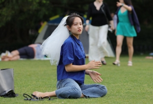 赤足女孩戴上头纱,想尝一把当新娘的感觉(30P)