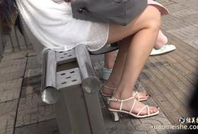 4K真实街拍美女的公交站台等车的美足靓妹