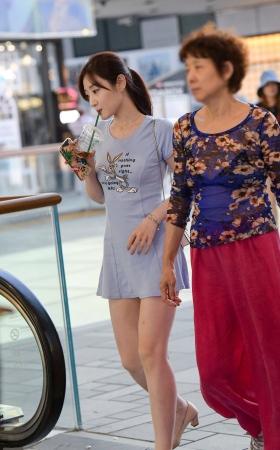 逛街的长腿短裙美女 -13P